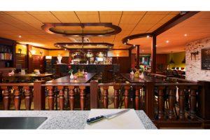 Een gezellige bar met leestafels om feest te vieren in Nunspeet.
