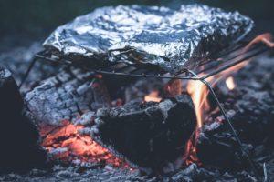 Buiten koken barbecue op houtvuur
